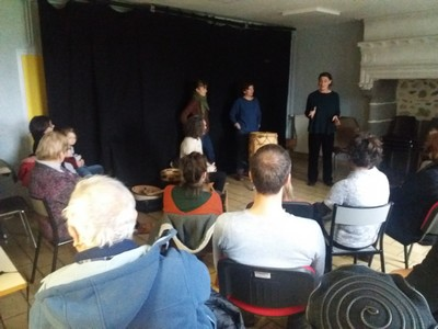 Le groupe devant une partie du public : le récit.